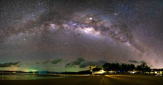 La voie lactée et de nombreuses étoiles dans le ciel dans la nuit noire. Photo Premium