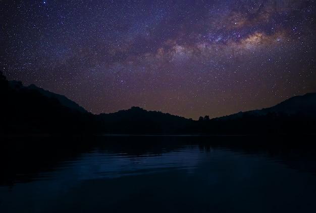 Voie lactée à travers le ciel sur le réservoir en asie Photo Premium