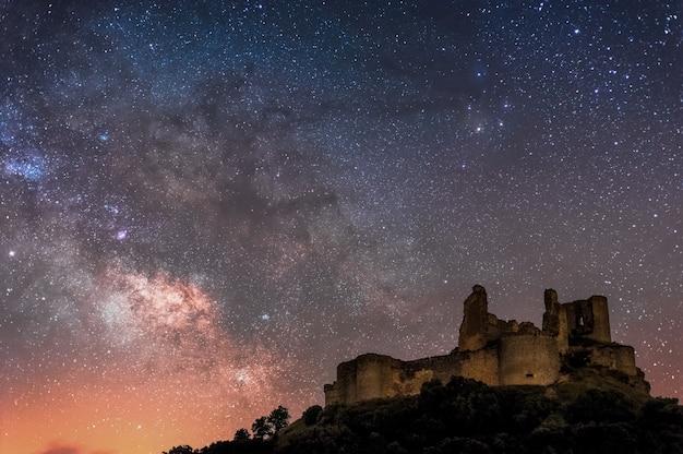 Voie lactée sur un vieux château de cuenca, espagne Photo Premium