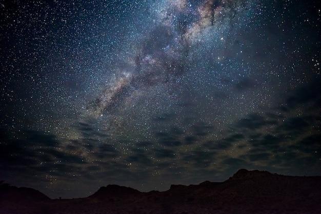 Voie lactée voûte, étoiles dans le ciel, le désert du namib en namibie, afrique Photo Premium