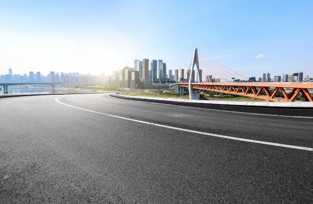 La voie rapide et les toits de la ville moderne se trouvent à chongqing, en chine. Photo Premium