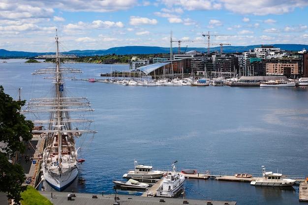 Voilier Avec Fond De Ciel Bleu Dans Le Port D'oslo, Norvège Photo Premium