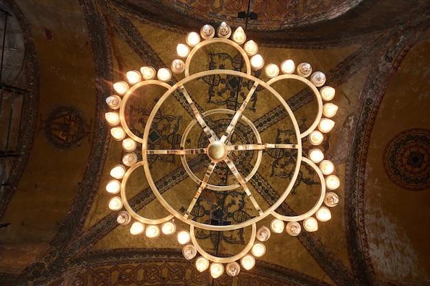Voir Le Dôme De La Mosquée Avec L'ancienne Basilique. Décorations De Plafond Avec Des éléments Islamiques Du Dôme De La Mosquée Sultan Ahmed à Istanbul, Turquie. Photo Premium