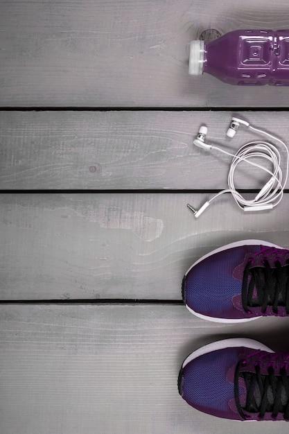 Voir la tenue d'entraînement de femme vue. chaussure de course mauve, bouteille d'eau Photo Premium