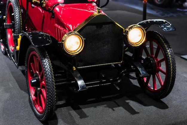 Voiture automobile américaine rouge antique pour le salon de l'automobile Photo Premium