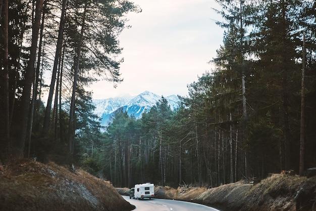 Voiture de camping sur la route forestière Photo Premium