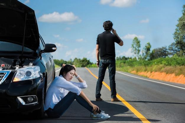 Voiture cassée rue homme appel téléphonique d'assurance Photo Premium