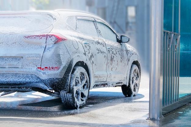La voiture est entretenue à l'évier. Photo Premium