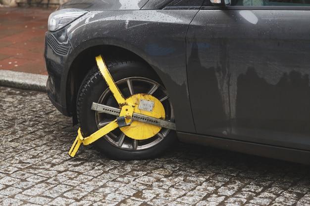 La voiture était verrouillée avec un véhicule bloqué jaune Photo Premium