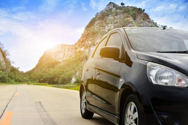 Voiture, garé, sur, route, rocher, montagne, fond, nature, lumière soleil, à, ratchaburi, thaïlande Photo Premium