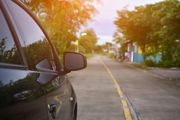Voiture garée sur la route, voiture garée dans la rue Photo Premium
