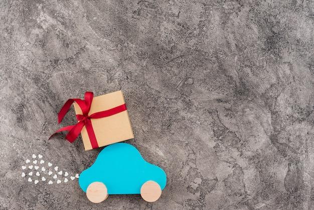Voiture jouet avec boîte cadeau Photo gratuit