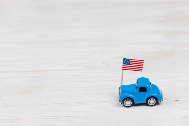 Voiture jouet avec drapeau américain Photo gratuit