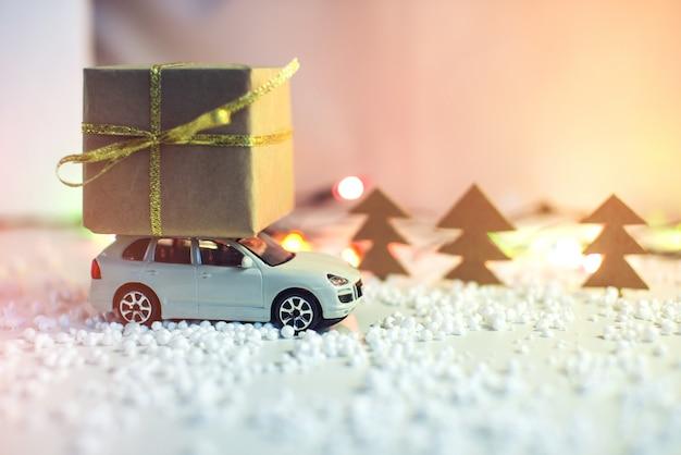 Voiture De Jouet Porte Le Cadeau De Toit Pour Noël Photo Premium
