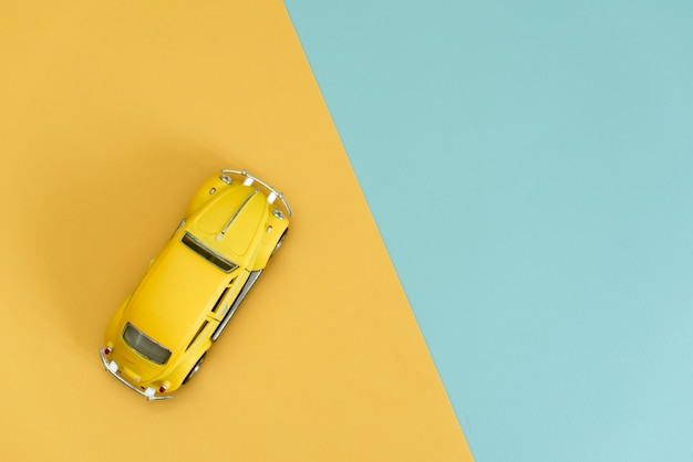 Voiture jouet rétro jaune sur jaune Photo Premium