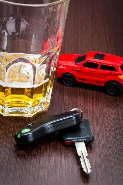 Voiture jouet, et, verre, de, whisky, métaphore, accident, accident, isolé Photo Premium
