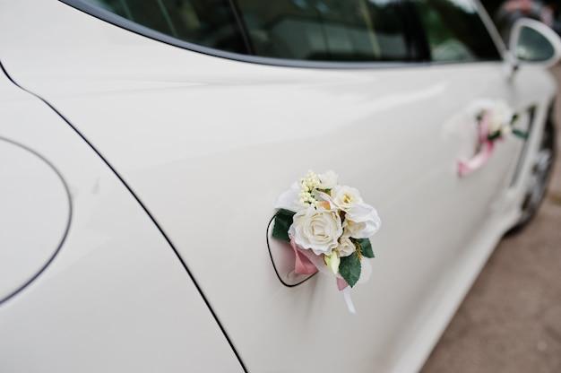 Voiture De Limousine De Mariage D'élégance Avec Décoration Florale. Photo Premium