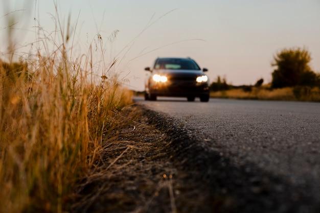 Voiture noire sur la route Photo gratuit