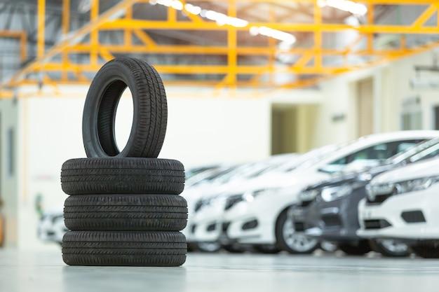 Voiture à pneu de rechange, changement de pneu saisonnier Photo Premium