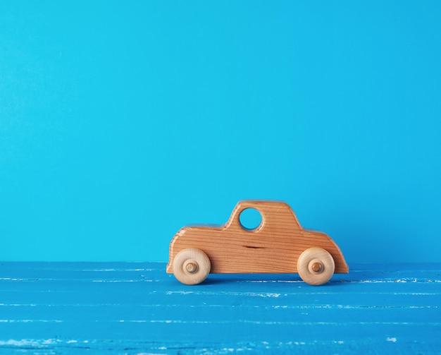 Voiture pour enfants en bois sur fond bleu Photo Premium