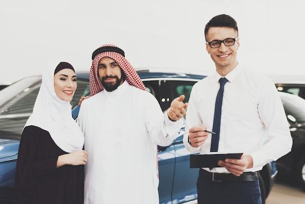 Voiture pour femme musulmane bahreïn couple dans un salon automobile. Photo Premium