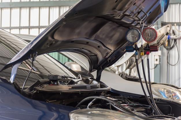 Voiture de remplissage d'air conditionné dans un magasin de voiture de l'air Photo Premium
