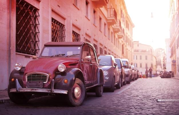 Voiture rétro classique dans la vieille rue étroite de la ville européenne Photo Premium