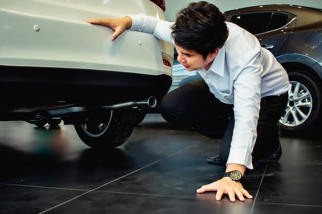 Cette voiture de suspension d'inspection saleman de carrière ou sous la voiture Photo Premium