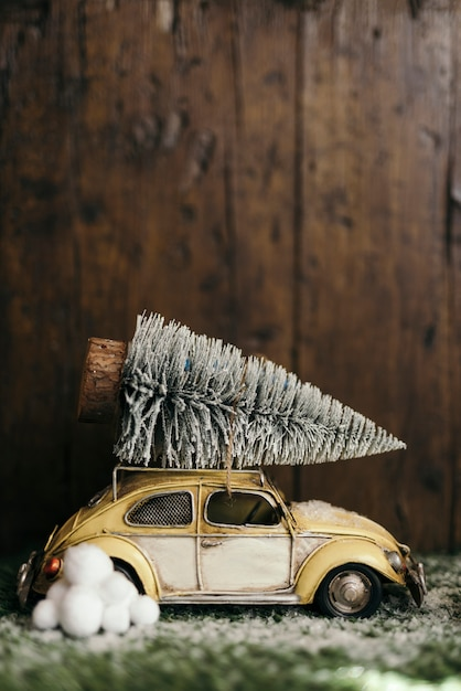 Voiture transportant un sapin de noël Photo gratuit