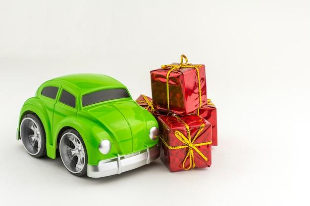 Voiture verte avec et petits coffrets cadeaux. Photo Premium