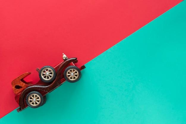 Voiture Vintage Rétro Sur Fond De Papier Multicolore. Vacances, Livraison, Concept De Voyage. Vue De Dessus, Pose à Plat. Stipes De Menthe Rouge. Photo Premium