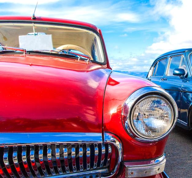 Voiture vintage rouge sur un festival de vieilles voitures Photo Premium