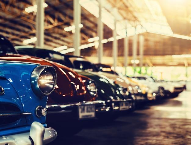 Voitures anciennes classiques avec des images colorées, style rétro vintage effet. Photo Premium