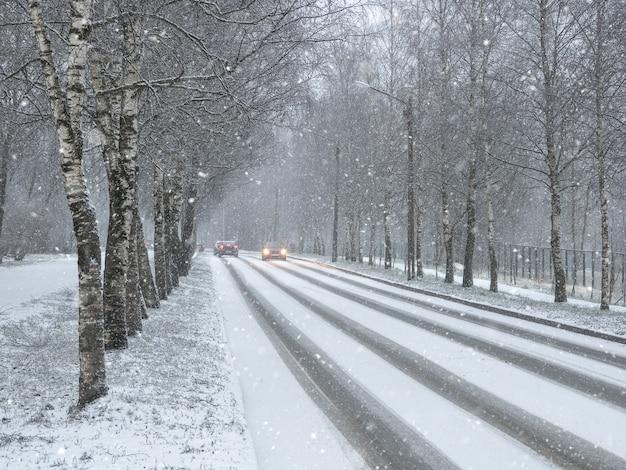 Voitures De Circulation D'hiver. Route De Campagne D'hiver Dans Les Chutes De Neige Photo Premium
