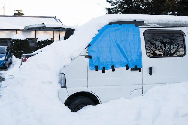 Des voitures couvertes de neige blanche au japon Photo Premium
