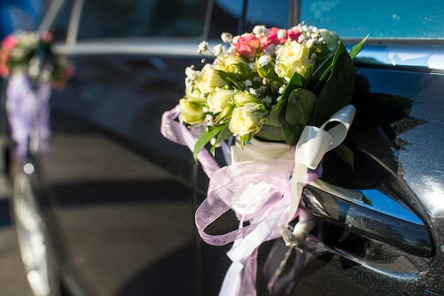Voitures Décorées De Fleurs De Porte Au Mariage Photo Premium