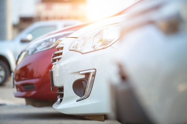 Voitures garées sur le parking, gros plan. voitures à vendre stock lot row. inventaire de concessionnaire automobile. Photo Premium