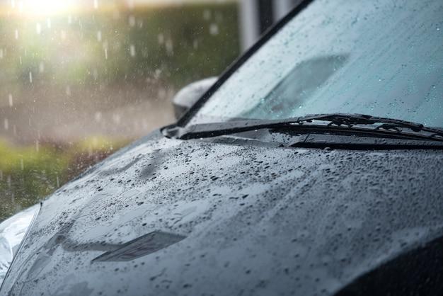 Les Voitures Garées Sous La Pluie Pendant La Saison Des Pluies Et Ont Un Système D'essuie-glace Pour Dégager Le Pare-brise Du Pare-brise Photo Premium