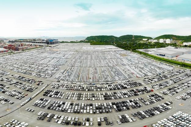 Voitures neuves produites plusieurs fois par an dans les zones industrielles pour être exportées partout dans le monde Photo Premium