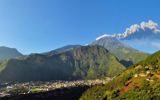Volcan actif en equateur Photo Premium