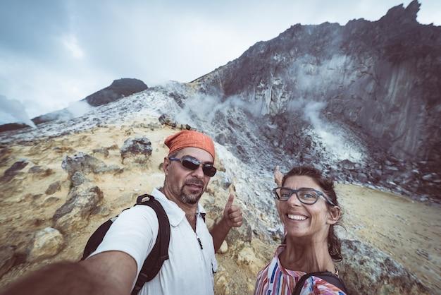 Volcan sibayak, caldera active à la vapeur, berastagi sumatra, indonésie Photo Premium