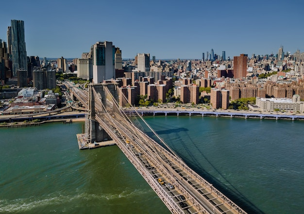 Voler En Arrière Sur Le Pont De Brooklyn à Travers L'east River Jusqu'au Quartier De Manhattan Us Photo Premium