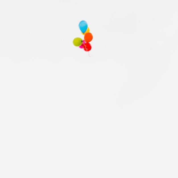 Voler des ballons colorés Photo gratuit