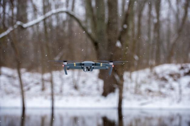 Voler Un Drone Noir En Hiver Photo gratuit
