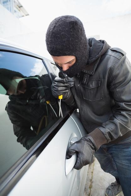 Voleur se brisant dans une voiture Photo Premium