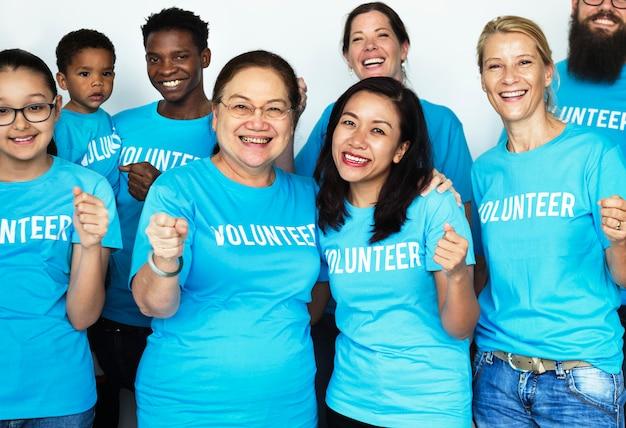 Des volontaires heureux unis Photo Premium