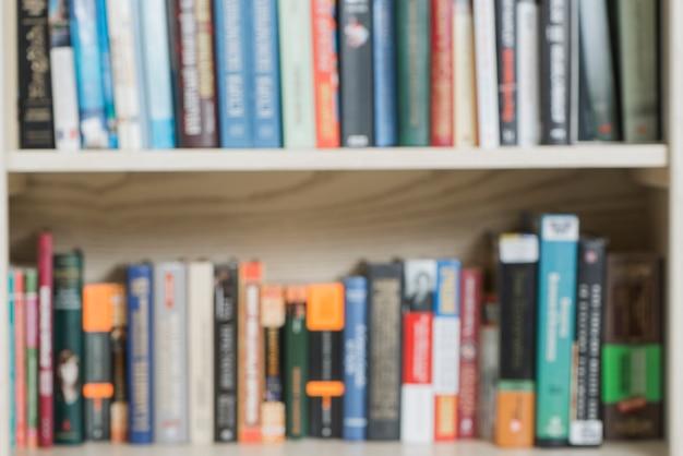 Volumes Flous Sur Une étagère Photo gratuit