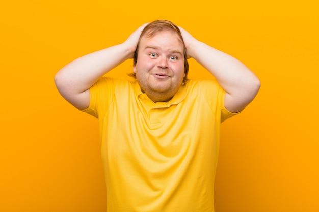 Vous Avez L'air Excité Et Surpris, La Bouche Ouverte Avec Les Deux Mains Sur La Tête, Vous Vous Sentant Comme Un Heureux Gagnant Photo Premium