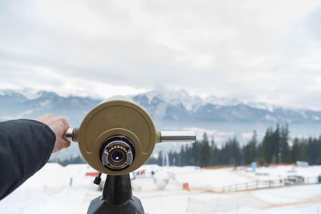 Vous pouvez utiliser le monoculaire pour regarder à la montagne Photo Premium