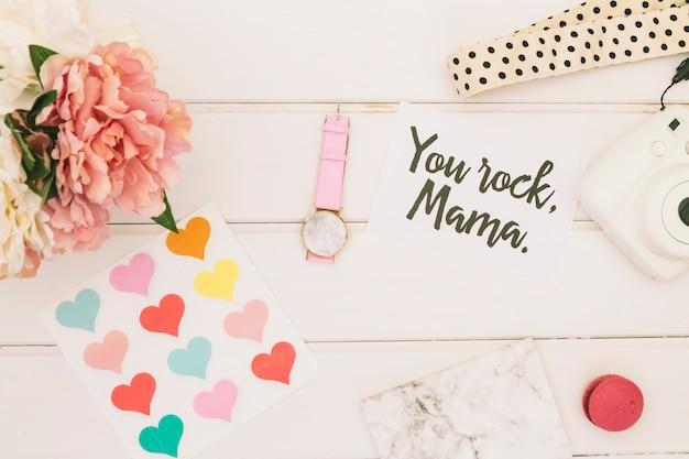 Vous Rock Inscription Mama Avec Des Fleurs Et Des Coeurs Photo gratuit